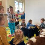 Zajęcia dogoterapii dla dzieci w Przedszkolu Baśniowy Dworek